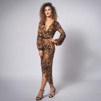 sukienka-z-szerpkimi-rękawami-w-panterkę